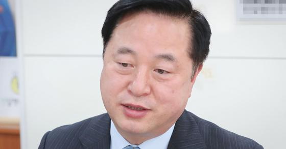 김두관 민주당 의원은 지난 25일과 26일 연이어 윤석열 검찰총장에 대한 탄핵안 추진을 주장했다. 민주당 의원이 모인 단체채팅방에선 상당수 의원이 김 의원 의견을 반대하는 글을 올렸다. 뉴스1