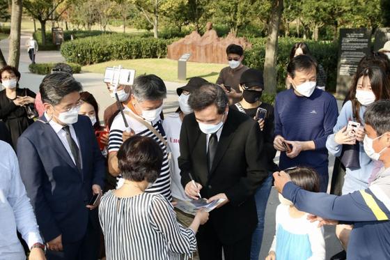 이낙연 더불어민주당 대표가 1일 김해 봉하마을에서 고 노무현 대통령 묘소 참배를 마치고 시민들과 만나고 있다. 뉴스1