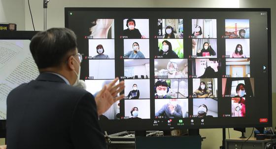 24일 서울 강남종로학원에서 온라인 비대면 방식으로 열린 정시 최종 지원전략 설명회에서 임성호 대표이사가 2021학년도 정시 지원전략을 설명하고 있다. 뉴스1