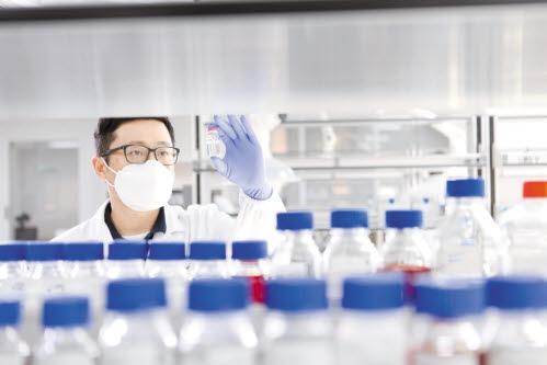 GC녹십자 연구원이 오창공장에서 코로나19 혈장 치료제 개발 연구를 하고 있다.