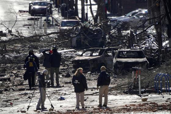 크리스마스 오전 발생한 미 테네시주 내슈빌 차량 폭발 사건 현장을 26일(현지시간) 수사 당국 요원들이 둘러보고 있다.[로이터=연합뉴스]