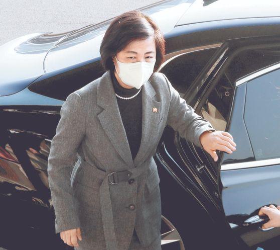 추미애 법무부 장관이 지난 24일 오전 정부과천청사 법무부로 출근하고 있다. [뉴스1]