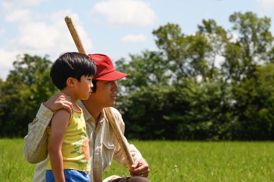 재미교포 정이삭 감독이 자전적 가족사를 그린 영화 '미나리' 장면. 한국계 할리우드 배우 스티븐 연(오른쪽)이 주연제작을 겸했다. [사진 판씨네마]