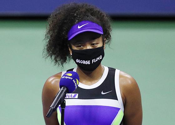 US여자오픈 8강전에서 조지 플로이드 이름이 적힌 마스크를 착용한 오사카. [AFP=연합뉴스]