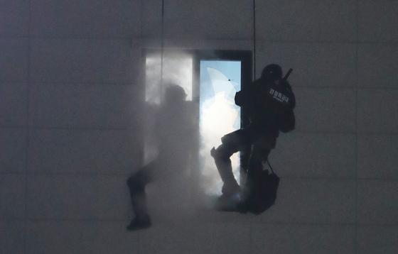 28일 오후 충북 청주시 청원구 율량동 한 건물 4층에서 방화 위협을 하던 30대 남성이 대치 12시간만에 경찰 특공대에게 진압되고 있다. 뉴스1
