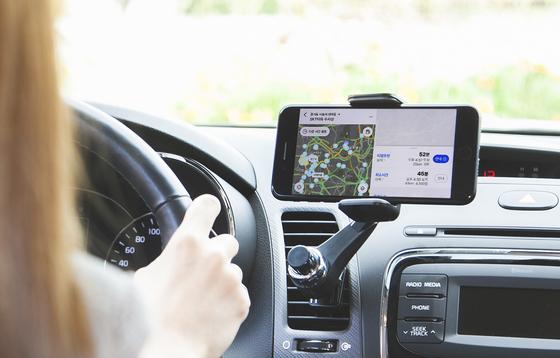 SK텔레콤은 T맵 플랫폼, T맵 택시 사업 등을 추진해온 '모빌리티 사업단'을 분할해 29일'티맵모빌리티 컴퍼니'를 설립했다. 사진은 모델이 T맵을 이용하는 모습. [SK텔레콤 제공]