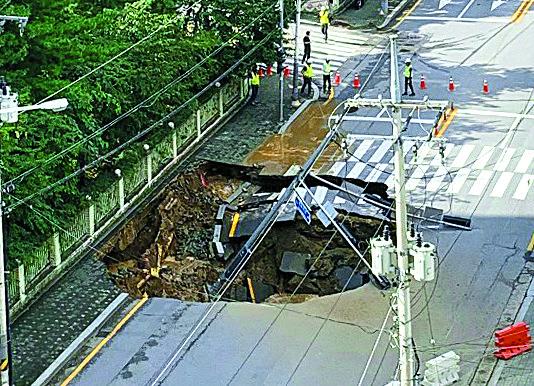 지난 8월 26일 오후 경기도 구리시 수택동 한양아파트 인근 도로에서 발생한 땅 꺼짐 현상(싱크홀)으로 차량이 통제된 모습이다. 연합뉴스.