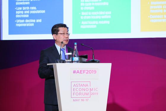 지난해 5월 카자흐스탄에서 열린 국제포럼에서 이재광 HUG 사장이 한국 주택정책을 설명하고 있다. HUG.