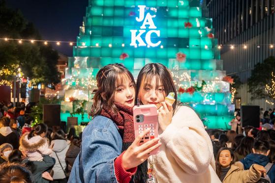 지난 24일 중국 상하이의 한 쇼핑몰에서 시민들이 사진을 찍고 있다. [AFP=연합뉴스]