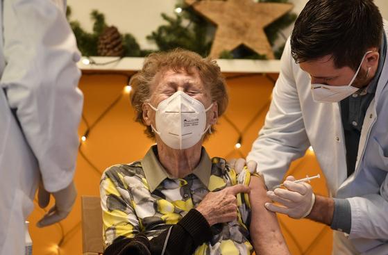 27일(현지시간) 독일 콜로뉴 지역의 한 요양원에서 우선 접종대상으로 분류된 고령층이 화이자-바이오엔테크사의 백신을 접종하고 있다. [AP=연합뉴스]