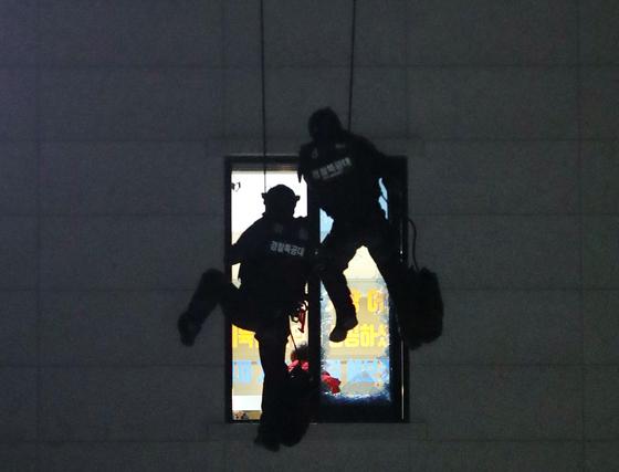 지난 28일 오후 충북 청주시 청원구 율량동 한 건물 4층에서 흉기·방화 위협을 하던 30대 남성이 대치 12시간만에 경찰 특공대에게 진압되고 있다. 뉴스1