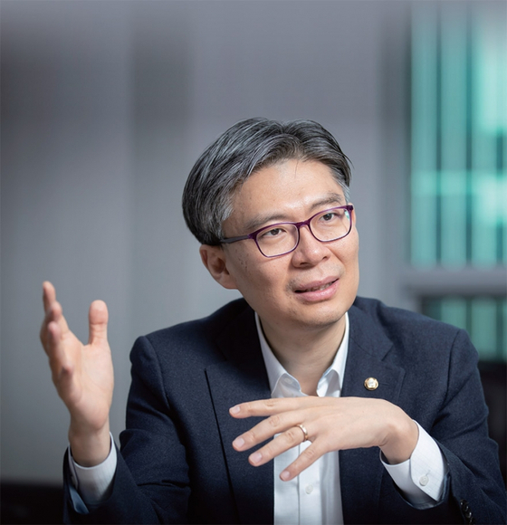 """조정훈 시대전환 의원은 12월 3일 월간중앙과의 인터뷰에서 """"경제 중산층을 육성해야 정치 중산층이 살아난다""""고 강조했다."""