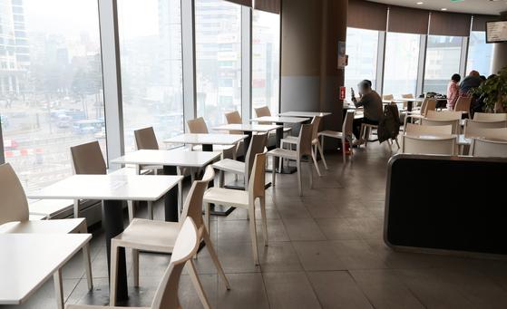 수도권 지역에 5인 이상 집합금지 행정명령 시행 첫 날인 23일 서울역 내 푸드코트에서 시민들이 식사를 하고 있다. 중앙재난안전대책본부는 오는 24일 0시부터 내년 1월 3일 밤 12시까지 전국적으로 특별방역 강화 조치를 시행한다 밝혔다. 뉴시스