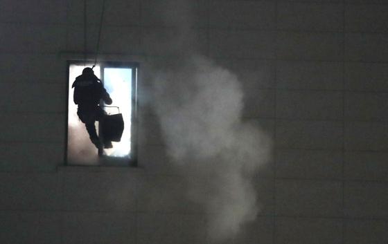 28일 오후 충북 청주시 청원구 율량동 4층짜리 건물에서 휘발유를 뿌리고 폭파 협박을 한 30대 남성이 경찰 특공대에 제압되고 있다. 연합뉴스