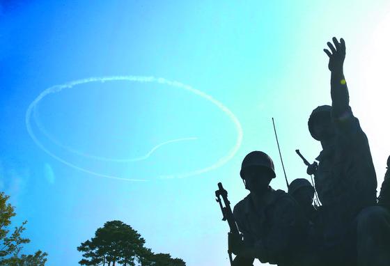 지난 10월 19일 오전 서울 용산구 전쟁기념관에서 공군 특수비행팀 블랙이글스가 27일 열린 '장진호 전투영웅 추모행사'의 추모비행을 위한 사전 연습을 하고 있다. 우상조 기자