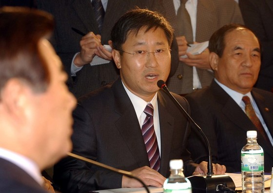 Rep. Park Beom-gye, who was born in the 386 generation and worked as an incumbent judge, then participated as a legal advisor to the Democratic Party candidate Roh Moo-hyun.  Central photo