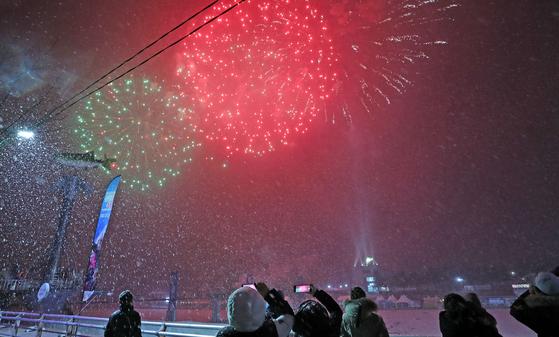 지난 2월 강원 화천군 화천천에서 산천어축제 폐막행사로 불꽃쇼가 펼쳐지고 있는 모습. 연합뉴스