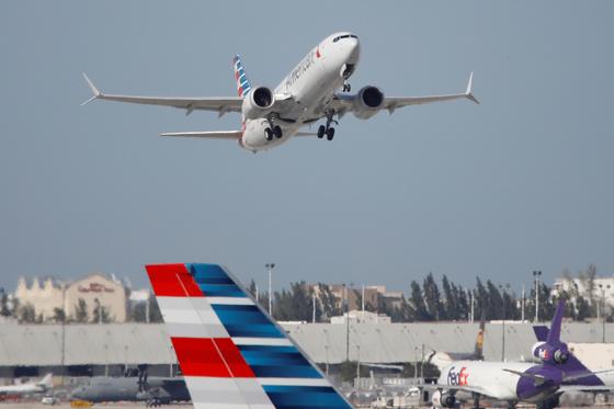 마이애미 공항을 이륙하는 아메리칸 항공의 보잉 737맥스. 로이터=연합뉴스