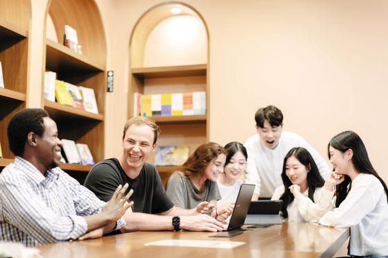 한국외대는 스마트도서관 준공으로 스마트캠퍼스를 실현해가고 있다. 스마트도서관에서 공부하는 학생들. [사진 한국외대]