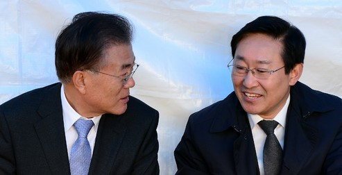 Moon Jae-in, who declared President Park Geun-hye's resignation movement during the'Gukjeong Nongdan' crisis, and Democratic Party leader Park Beom-gye are talking.  Newsis