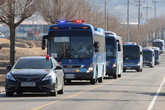 서울 동부구치소에서 코로나19 확진 판정을 받은 수용자를 태운 버스가 28일 오후 경북 청송군 경북북부 제2교도소로 향하고 있다. 보호복을 착용한 운전자의 모습이 차창 너머로 보인다. 뉴스1
