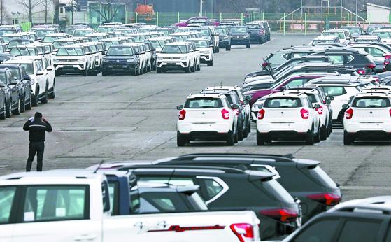 쌍용자동차가 법원에 기업 회생 절차를 신청한 가운데 22일 오전 경기도 평택시 쌍용자동차 평택출고사무소에 출고를 앞둔 차들이 대기하고 있다. 뉴스1