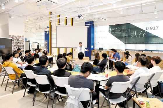 단국대는 능동·창의적인 학습 환경을 구축한다. 죽전캠퍼스 SW·디자인 융합센터의 디자인싱킹 수업. [사진 단국대]