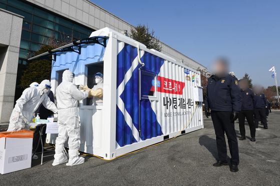 서울동부구치소의 확진자가 500명을 넘어선 가운데 28일 오후 경기도 여주교도소에 신속PCR 검사소인 나이팅게일 센터가 마련돼 교도관들이 코로나19 검사를 받고 있다. 뉴스1