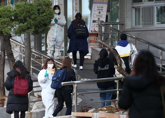 2021학년도 공립 중·고교 교사 등을 뽑는 임용시험이 진행된 지난달 21일 오전 수험생들이 서울의 한 고사장으로 향하고 있다. 연합뉴스