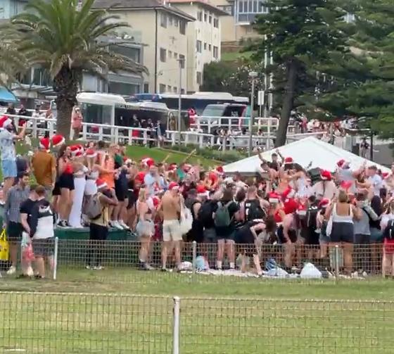 지난 25일(현지시간) 호주 시드니의 브론테 해변에서 열린 크리스마스 파티에서 수백명의 사람들이 마스크도 쓰지 않은 채 파티를 즐기고 있다. [인스타그램 @stucrabb 캡처]