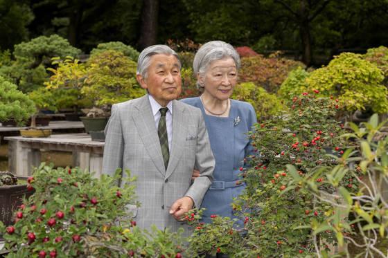 아키히토 (明仁·왼쪽) 상왕과 미치코 왕비의 2017년 9월 27일 모습. [AP=연합뉴스]