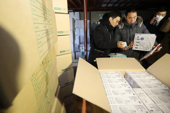지난 2월 경기도 용인시의 한 마스크 판매업체 창고에서 정부합동단속단이 마스크 매점매석을 단속하고 있다. 뉴스1