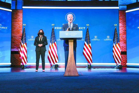 조 바이든 미국 대통령 당선인이 28일(현지시간) 카멀라 해리스 부통령 당선인이 지켜보는 가운데 델라웨어주 윌밍턴 인수위 사무실에서 외교정책 관련 연설을 하고 있다. [로이터=연합뉴스]