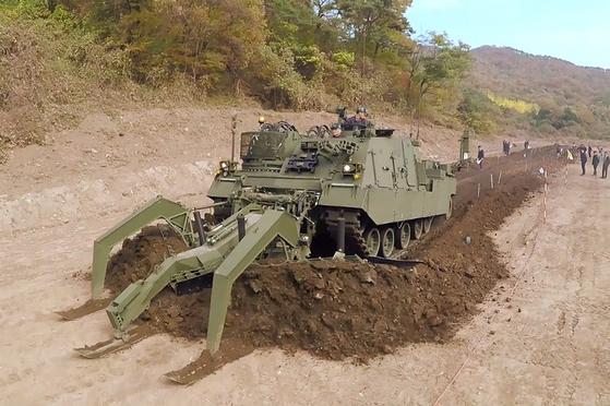 현대로템이 개발한 지뢰 제거용 장애물개척전차. 군은 지난 29일 이 전차를 처음 배치했다. [사진 방위사업청]