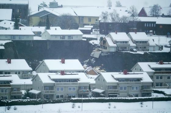 노르웨이, 아스크 마을에서 산사태로 거대 '싱크홀' 발생. AP=연합뉴스