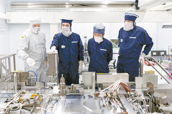삼성전자는 연구개발과 제조 시설에 지속해서 투자를 집행하며 미래기술 혁신을 위한 끊임없는 도전을 계속하고 있다. 사진은 이재용 부회장(왼쪽 둘째)이 지난 10월 네덜란드 ASML 본사를 찾아 EUV 장비를 살펴보는 모습. [사진 삼성전자]