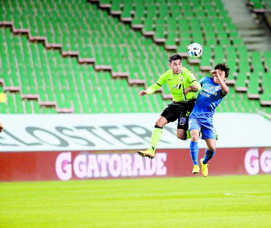 올해 K리그1은 코로나19를 뚫고 5월 8일 전북-수원 맞대결로 개막했다. 세계 주요 리그 중 첫 개막이었다. [중앙포토]