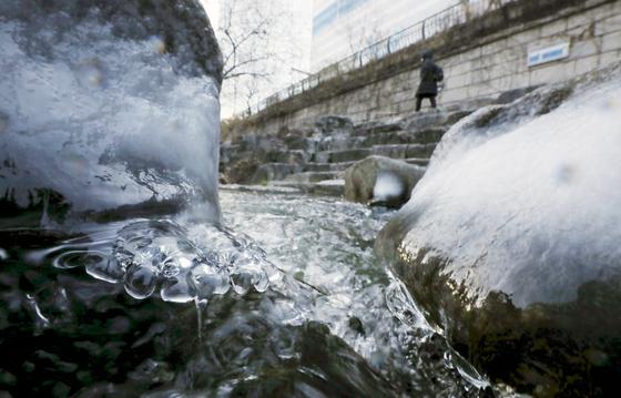 세밑 한파가 이어진 31일 서울 청계천 일대에 얼음이 얼어 있다. 뉴시스