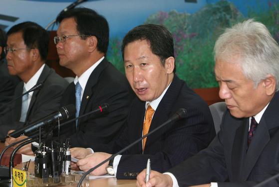 2006년 8월2일 김근태 열린우리당의장이 서울 영등포 당사에서 열린 비상대책위원회 회의에 참석해 김병준 교육부총리 사퇴를 요구하고 있다. 중앙포토