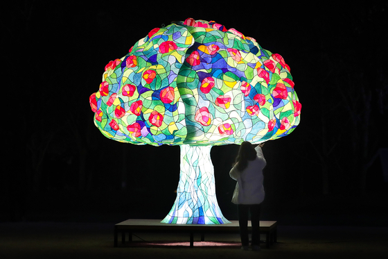 대구 수성구에서는 코로나19로 힘겨웠던 한해를 빛으로 보듬는 치유의 장으로 새해 1월3일까지 '제2회 수성빛예술제'가 열린다. 뉴스1