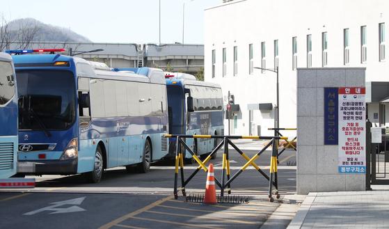 서울 송파구 동부구치소에서 30일 일부 수용자 이감을 위해 수용자들을 태운 버스가 출발하고 있다. 연합뉴스
