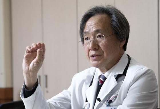 정기석 전 질병관리본부장이 지난 23일 한림대 성심병원에서 인터뷰하고 있다. 임현동 기자