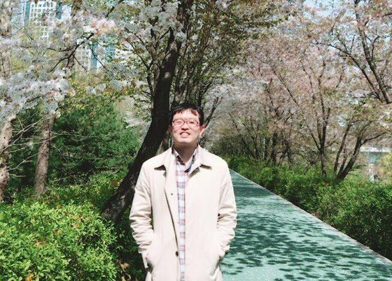 시각 장애인 출신 두 번째 법관으로 임용된 김동현 판사. 변호사 시절 친구들과 벚꽃놀이를 갔을 때 촬영한 모습이다. [김동현 판사 제공]