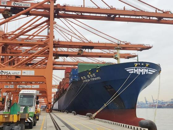HMM 노사가 새해를 30분 앞두고 2020년 임단협 잠정합의안을 마련했다. 사진은 지난달 HMM이 미국 수출기업을 위해 6번째 투입한 임시선박. 사진 HMM
