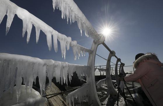 1일 오후 울산시 동구 주전해안길의 한 난간에 파도로 인해 만들어진 고드름이 낮 기온이 차차 오르면서 햇볕에 녹고 있다. 뉴스1