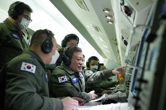 문재인 대통령이 새해 첫날인 1일 공군 항공통제기 E-737에 탑승해 우리 군의 군사대비태세를 점검하며 지휘비행을 하고 있다. 청와대 제공