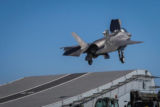 영국은 올해 인도·태평양 지역에 퀸 엘리자베스 항공모함 전단을 보내기로 했다. 사진은 퀸 엘리자베스 항모에서 F-35B 스텔스 전투기가 이륙하는 모습. [EPA=연합뉴스