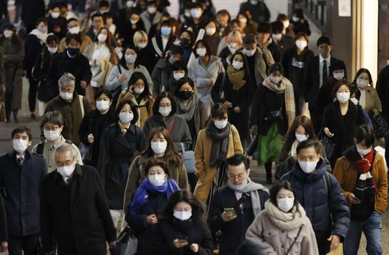 지난달 14일 도쿄 신주쿠(新宿)역 근처가 행인들로 붐비고 있다. 연합뉴스