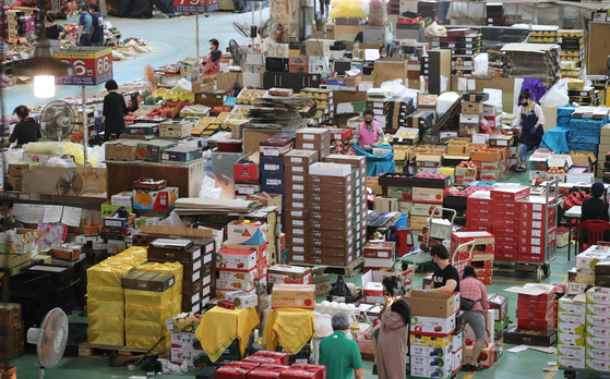 추석 연휴를 열흘 앞둔 20일 부산 해운대구 반여농산물도매시장을 찾은 시민들이 명절 선물용 및 제수용 과일을 구입하고 있다. 송봉근 기자 20200920