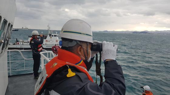 저인망어선 전복사고가 발생한 지 나흘 째인 지난 1일 오후 해경이 실종자를 수색하고 있다. 뉴스1